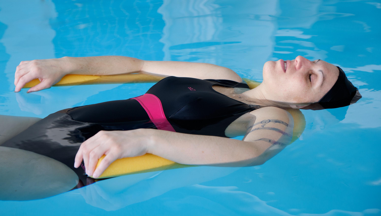Femme enceinte préparation à la naissance en piscine